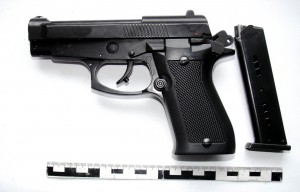 Pistol si cartuse confiscate (2)